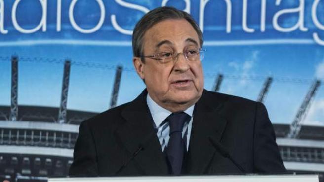 El presidente del Real Madrid, Florentino Pérez, durante una rueda de prensa celebrada en el palco de honor del estadio Santiago Bernabéu.