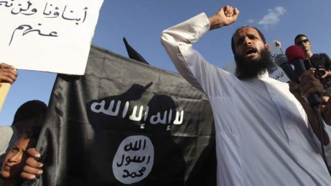 Una milicia de extremistas islámicos se manifiestan en Bengasi, Libia.