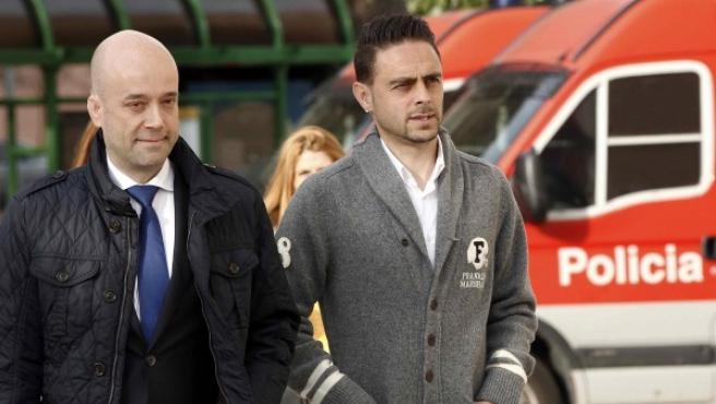 El jugador de fútbol Sergio García (d), acompañado de su abogado hoy a su llegada al Palacio de Justicia de Pamplona donde ha sido llamado a declarar por el juez que investiga el presunto desvío de dinero del Club Atlético Osasuna y el supuesto amaño de partidos.