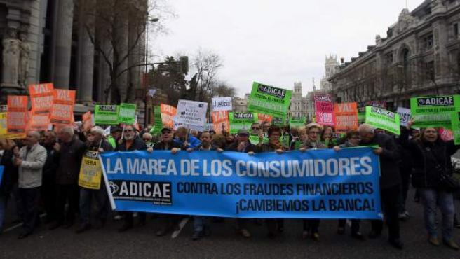 Participantes en la manifestación convodada por la Asociación de Usuarios de Bancos, Cajas y Seguros (Adicae) para protestar contra la impunidad del sector financiero coincidiendo con la celebración del Día Mundial del Consumidor.