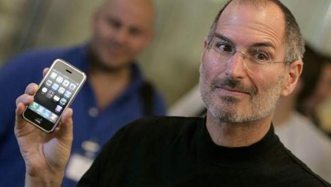 Steve Jobs muestra el iPhone, en una imagen de 2007.