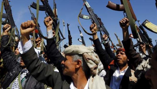 Un grupo de hombres fieles al movimiento rebelde chií de los hutíes levantan sus armas y corean eslóganes para mostrar su apoyo a dicho movimiento durante una concentración en Saná, Yemen. Los combatientes hutíes, que tomaron en 2014 algunas zonas de Yemen incluyendo la capital, han dado tres días a los partidos políticos de Yemen para resolver la actual crisis política.
