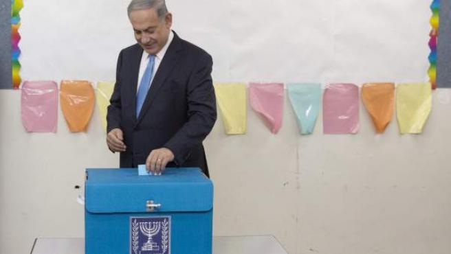 Benjamín Netanyahu ejerciendo su derecho a voto en elecciones generales israelíes.