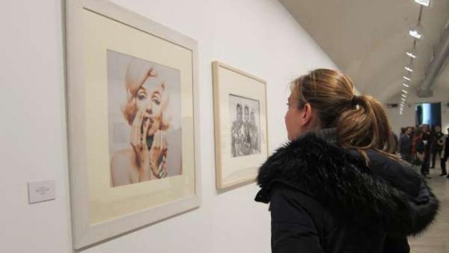 Una visitante contempla el retrato de Marilyn de la colección de Lola Garrido