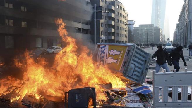 Manifestantes prenden en llamas mobiliario urbano durante una protesta ante la nueva sede del Banco Central Europeo (BCE) en Fráncfort (Alemania).