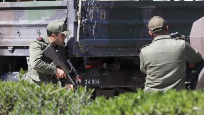 Miembros de las fuerzas de Seguridad tunecinas, toman posiciones en las proximidades del museo del Bardo en Túnez