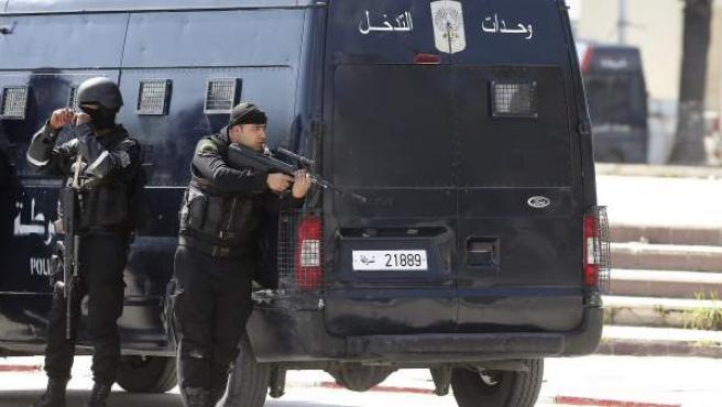 Miembros de las fuerzas de Seguridad tunecinas, toman posiciones en las proximidades del museo del Bardo en Túnez.