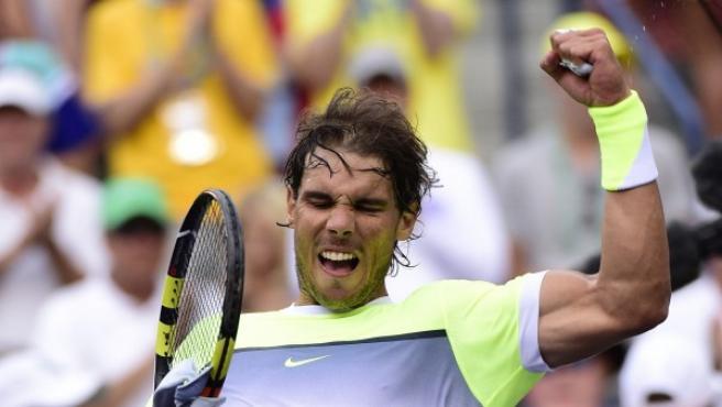 El tenista español Rafael Nadal devuelve una bola al francés Gilles Simon durante su enfrentamiento en el Masters 1000 de Indian Wells de 2015.