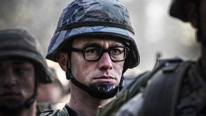 Joseph Gordon-Levitt, caracterizado como Edward Snowden.
