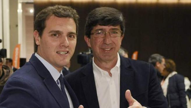 El líder de Ciudadanos, Albert Rivera (i), posa junto al candidato de este partido a la Presidencia de la Junta, Juan Marín (d), en el acto de cierre de campaña de las elecciones andaluzas, esta noche en Sevilla.