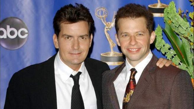 Jon Cryer y Charlie Sheen, en una imagen de 2004.