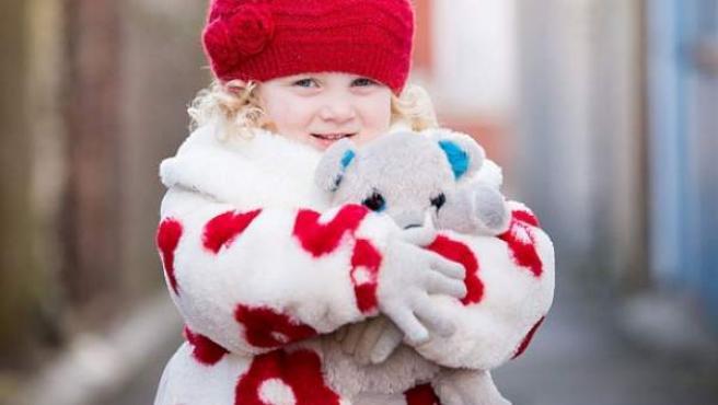 Imagen de la pequeña Gracie Hughes con los guantes puestos.