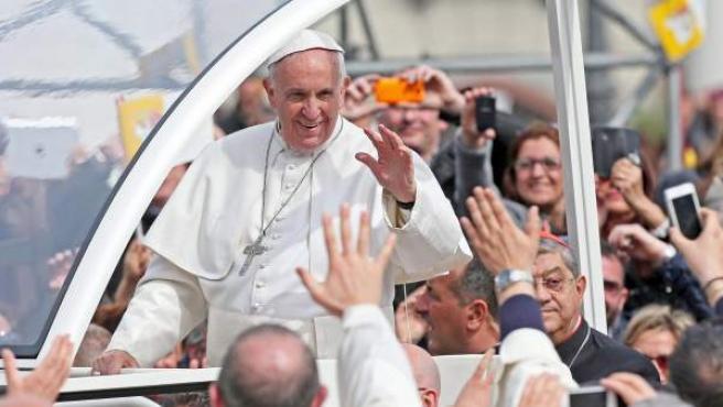El papa Francisco saluda en la plaza del Plebiscito Nápoles (Italia).