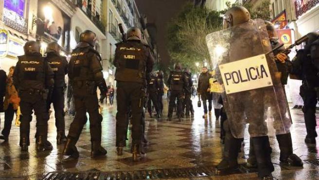 Despliegue policial en la calle Montera ante los destrozos que varios integrantes de grupos radicales han realizado en mobiliario urbano en los alrededores, al término de las Marchas por la Dignidad.