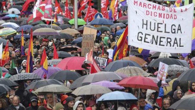 Miles de participantes en las Marchas por la Dignidad con sus paraguas han inundado la Plaza de Colón, donde han confluido las nueve columnas procedentes de todas las comunidades autónomas.
