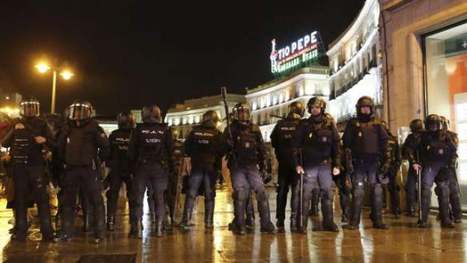 Despliegue policial en uno de los acceso a la puerta del Sol de Madrid ante los disturbios tras las Marchas por la Dignidad.