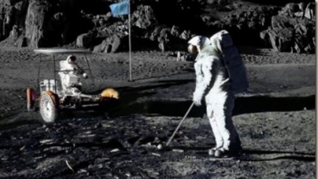 Imagen del 6 de febrero de 1971, en el que el astronauta Alan Shepard 'improvisó' un partido de golf en la superficie lunar.