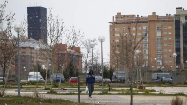 Una persona cruza el Ensanche de Vallecas en dirección a la Cañada Real, en Madrid.