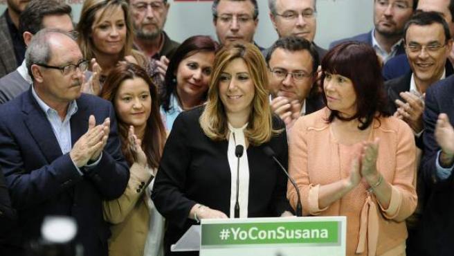 La presidenta de la Junta de Andalucía en funciones, Susana Díaz (c), junto a la presidenta del PSOE, Micaela Navarro, ante los medios de comunicación, tras la primera reunión de la ejecutiva regional del PSOE tras los comicios.