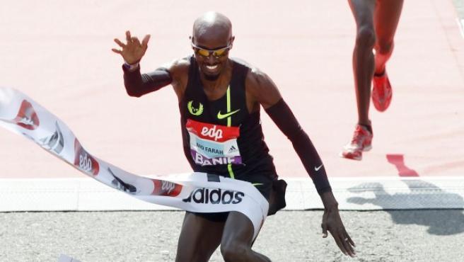 El británico Mo Farah cruza la línea de meta del Medio Maratón de Lisboa 2015.