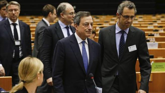 El presidente del Banco Central Europeo (BCE), Mario Draghi (c), asiste a la comisión de Asuntos Económicos del Parlamento Europeo en Bruselas.