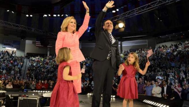 El senador por Texas Ted Cruz, junto con su mujer Heidi y sus hijas Catherine y Caroline durante un acto en Virginia, Estados Unidos.