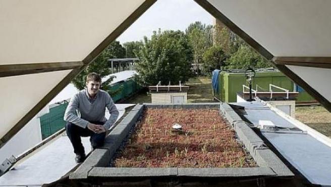 Aitor Erkoreka, junto a una de las cubiertas vegetales de su investigación.