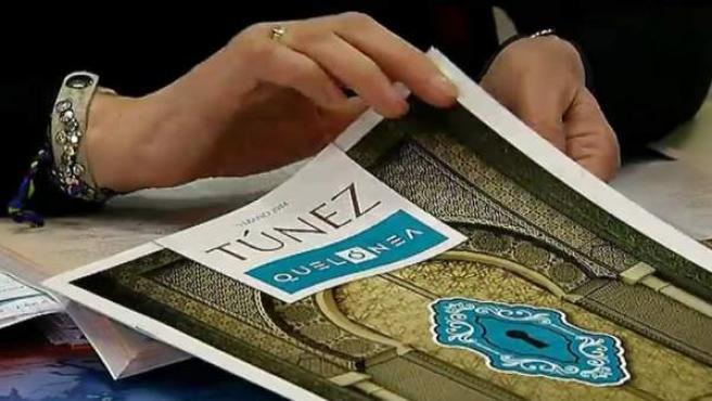 Un catálogo de Túnez en una agencia de viajes.