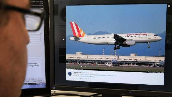 Una persona mira en la pantalla de su ordenador la página de Flightradar24 en la que se muestra un Airbus A320, similar al de la compañía Germanwings (la compañía de bajo coste de Lufthansa), en el viajaban 148 personas, entre pasajeros y tripulantes que se ha estrellado en los Alpes Haute Provence, en el sur de Francia y que despegó del aeropuerto de Barcelona con destino a Dusseldorf.