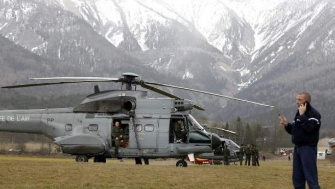 Miembros de las Fuerzas de Seguridad francesas se agrupan junto a un helicóptero del ejército galo cerca del lugar donde se estrelló un Airbus A320 que operaba la compañía alemana Germanwings con 150 personas a bordo, en Seyne-les Alps, Francia.
