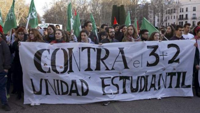 Varios jóvenes portan una pancarta durante la manifestación convocada por CCOO y el Sindicato de Estudiantes en Madrid.