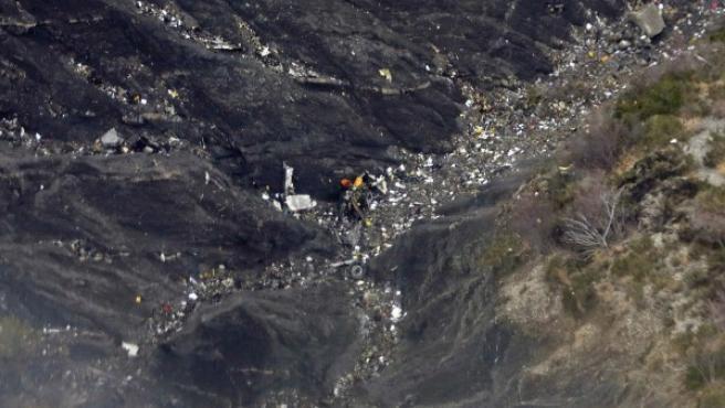 Vista aérea de los restos en el lugar donde se ha estrellado el A320 operado por Germanwings con 148 personas a bordo cuando viajaba de Barcelona (España) a Düsseldorf en la zona conocida como Seyne, en los Alpes.
