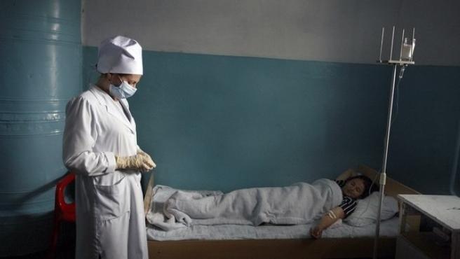 Un paciente con tuberculosis es atendido en un hospital ruso.