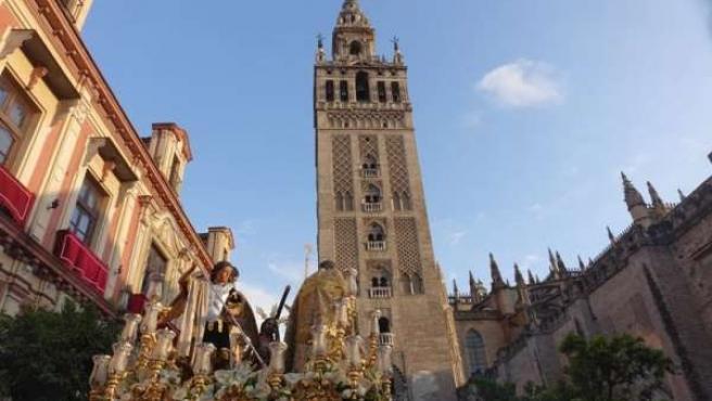 Cofradía saliendo de la Catedral de Sevilla