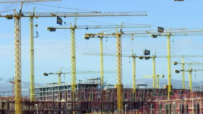 Grúas y andamios de varios edificios en construcción.