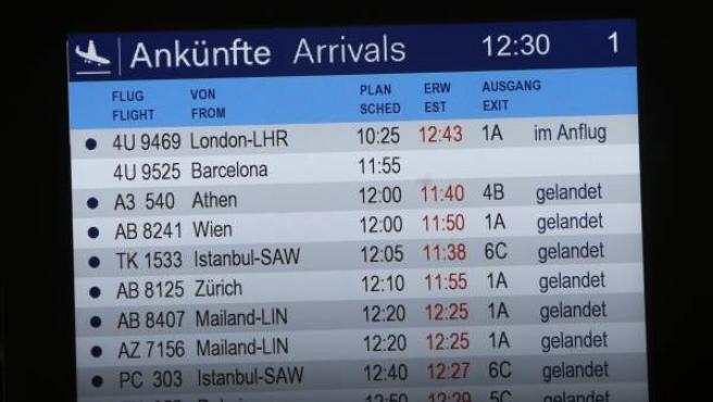 Panel del aeropuerto de Düsseldorf (Alemania) donde se anuncia el vuelo de Germanwings, procedente de Barcelona, que se ha estrellado este martes en los Alpes franceses. En el avión viajaban 150 personas. No hay supervivientes.