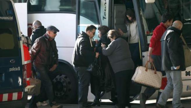 Familiares de los fallecidos en el avión de Germanwings que se estrelló el pasado martes con 150 personas a bordo llegan a primera hora al aeropuerto de El Prat para tomar un avión fletado por Lufthansa hacia Marsella