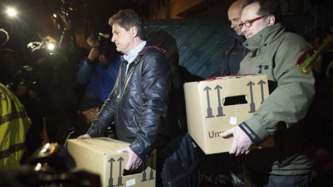 La policía alemana retira varias cajas y bolsas de las casas del copiloto Andreas Lubitz.