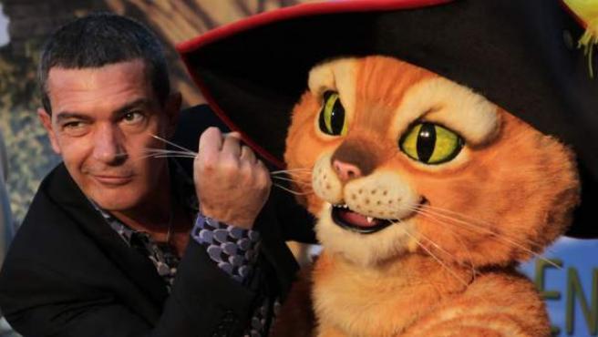 Antonio Banderas posa en Buenos Aires (Argentina) con el personaje de El Gato con Botas, al que pone voz en la popular saga de Shrek y en la película de El Gato con Botas.