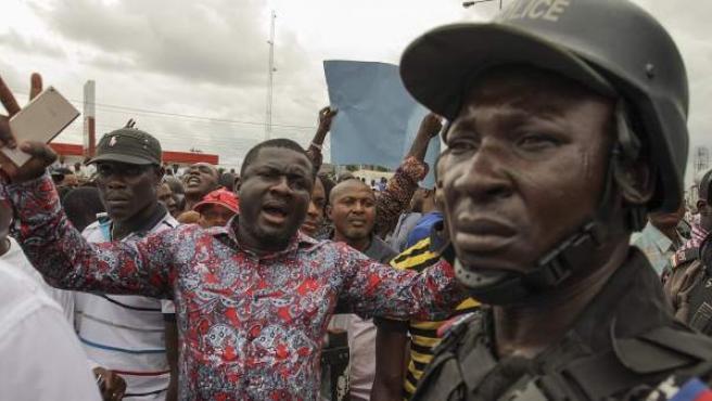 Un grupo de simpatizantes de la APC protesta contra la presunta manipulación en el recuento de votos.