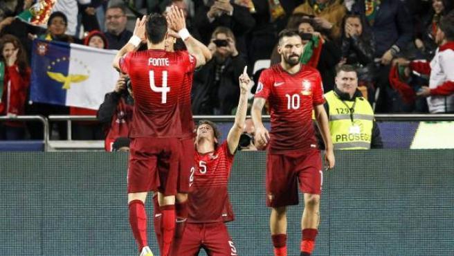 Los jugadores de la selección de Portugal celebran el gol de Fabio Coentrao ante Serbia.