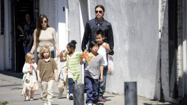 Brad Pitt y Angelina Jolie junto a sus seis hijos.