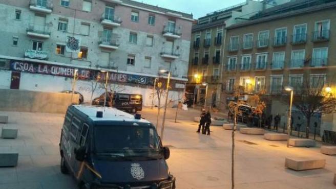 Una imagen de la intervención de la policía en el centro social okupado La Quimera de Lavapiés.