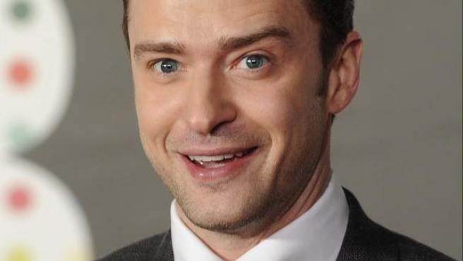 Justin Timberlake posa a su llegada a la gala de los premios Brit 2013.