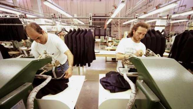 Trabajadores de una empresa textil en su taller.