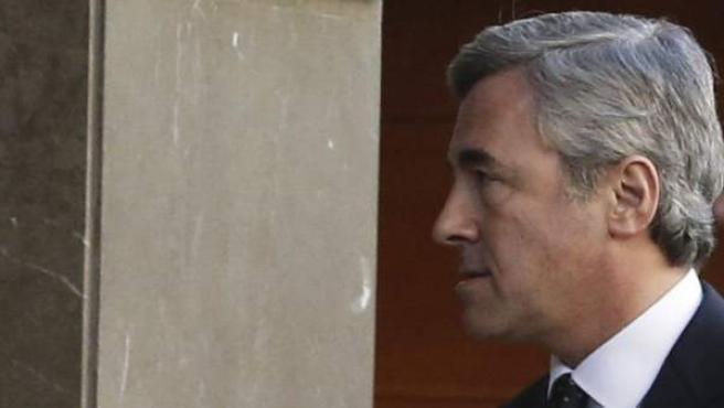 El ex secretario general del PP Ángel Acebes, a su llegada a la sede de la Audiencia Nacional tras haber sido citado como imputado por el juez Pablo Ruz.
