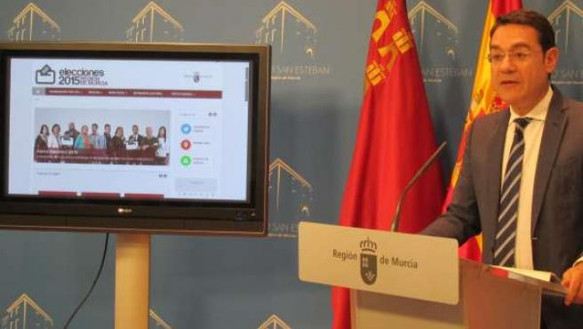 El portavoz del Gobierno regional José Gabriel Ruiz presenta el portal electoral