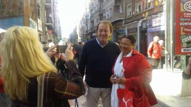 Carlos Pérez Anadón (PSOE) ha recorrido el barrio de Delicias.