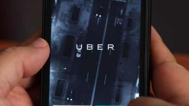 Vista de un teléfono móvil donde anuncia el servicio de la empresa Uber.