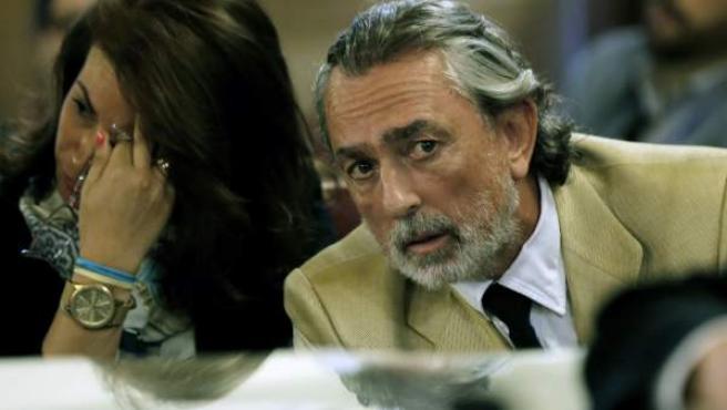 Francisco Correa (d) y Mónica Magariños, exempleada de las empresas de Correa, sentados en el banco de los acusados en la sala del juicio.